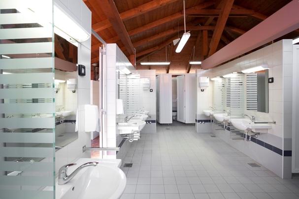 Sanitäranlagen. Verkalkt. (dmb) Sind die Sanitäranlagen in der Wohnung gebrauchs- und altersbedingt völlig verkalkt, muss der Vermieter diese Schäden.
